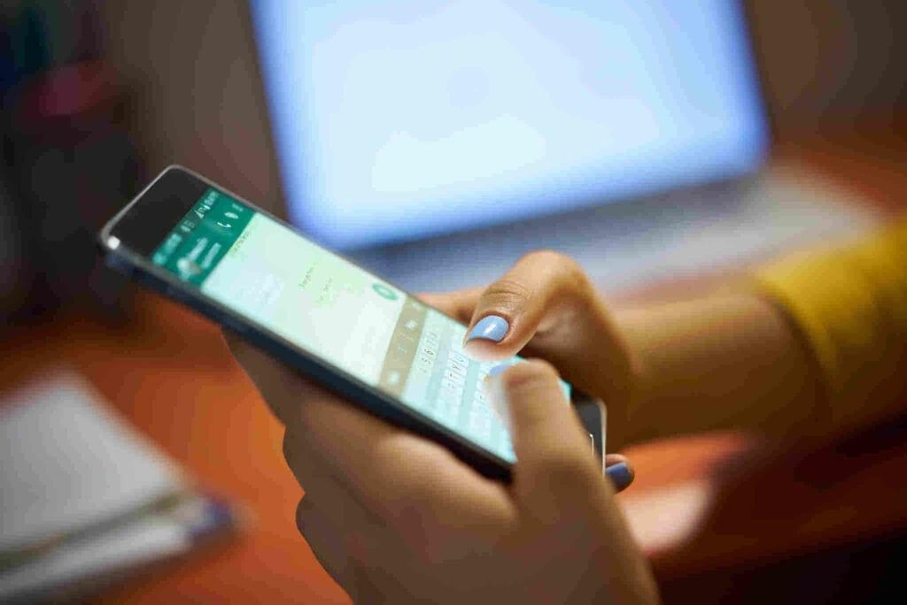 Confira mensagem para cliente no WhatsApp